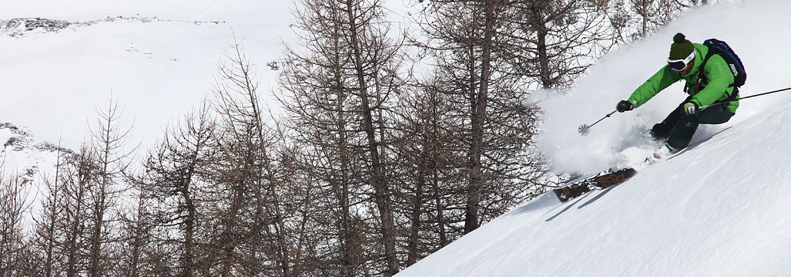 Il rider Francesco Salamone di Faction Ski Italia segna e disegna la bellissima powder di Madesimo (photo by Giulio Caresio)
