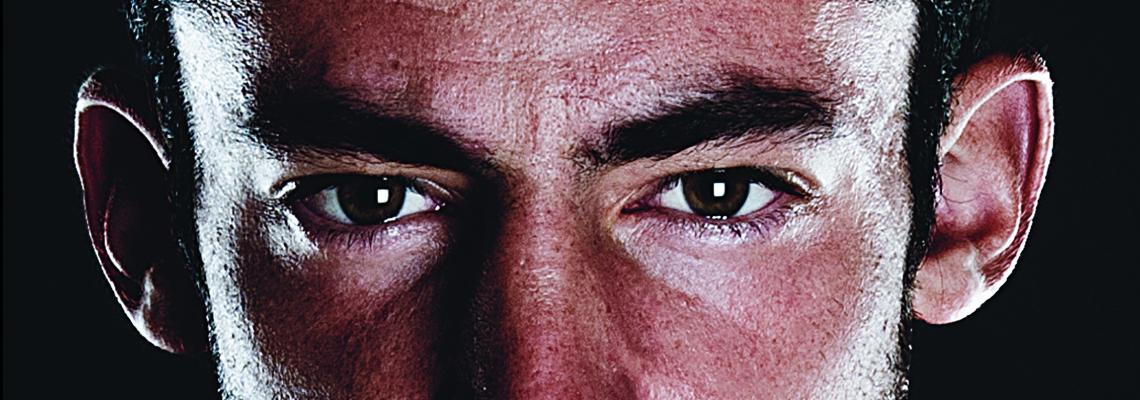 """Gli occhi di Kilian dalla copertina del libro """"Correre o Morire"""" - foto © Jordi Saragossa"""